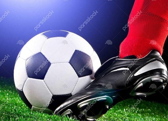 1283132-توپ-فوتبال-و-پا-در-زمین-فوتبال