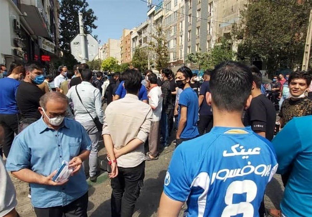 تجمع هواداران خشمگین استقلال مقابل باشگاه + عکس