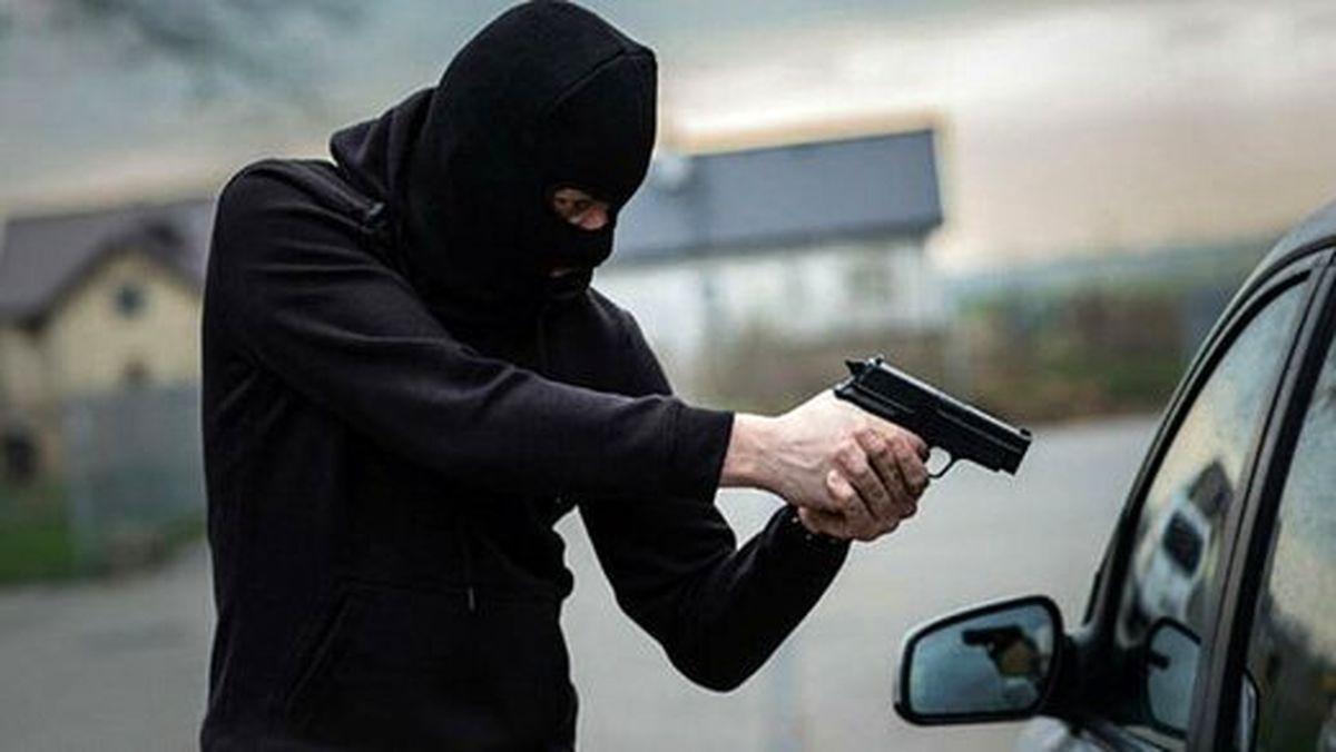 سرقت هولناک خودروی یک پیرمرد به ضرب کلاشینکف