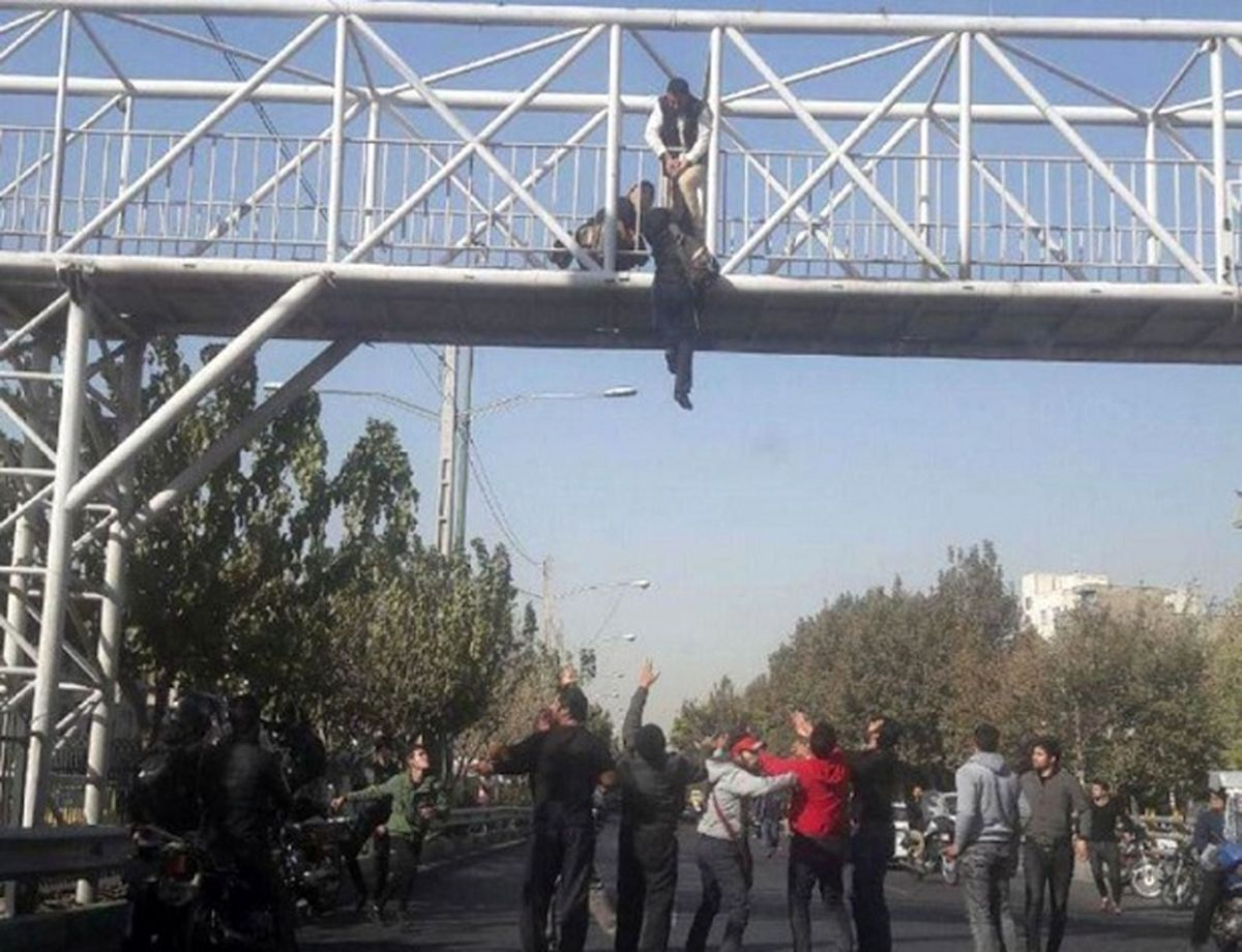 فیلم خودکشی دو دختر گلستانی از روی پل / آن ها روی ماشین پلیس سقوط کردند + جزئیات تلخ