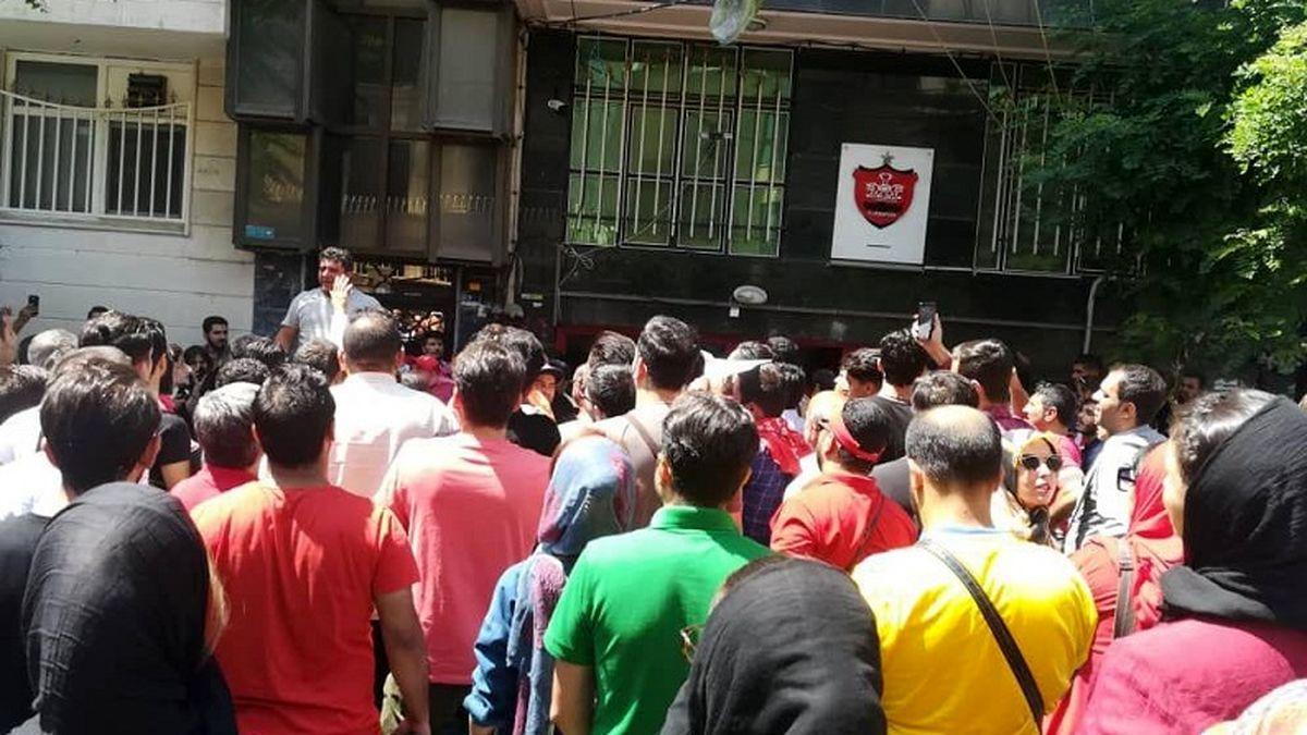 توضیحات مهم رضا یلوه درمیان تجمع هواداران در باشگاه پرسپولیس