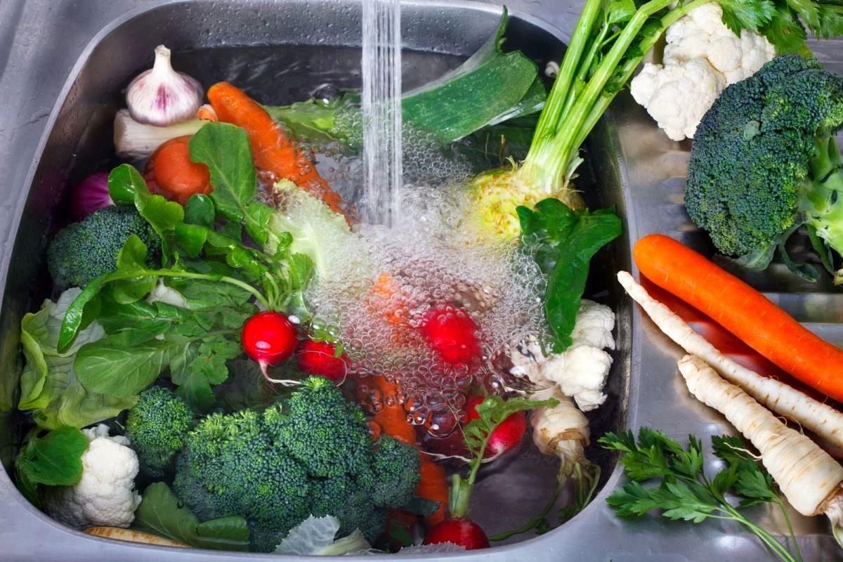 آشنایی با نحوه صحیح ضدعفونی کردن سبزیجات و میوهها